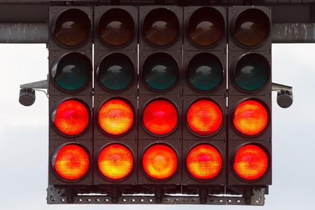 semaforo rojo: Red Start Luces en un circuito de carreras