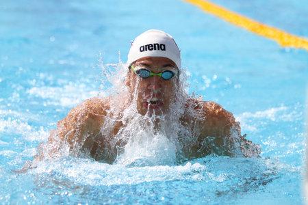 natacion: ESTAMBUL, Turqu�a - 16 de agosto 2015: Competidor no identificado nada en el Campeonato de Nataci�n Turkcell turca en Enka Sports Center