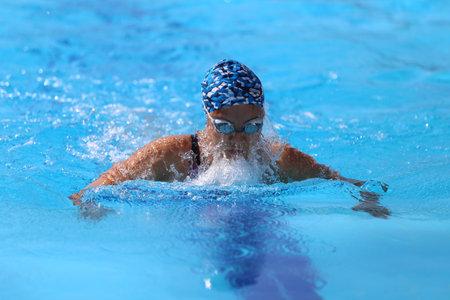 natacion: ESTAMBUL, Turquía - 16 de agosto 2015: Competidor no identificado nada en el Campeonato de Natación Turkcell turca en Enka Sports Center