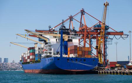 szállítás: Konténer, hajó betöltődik egy kikötőben