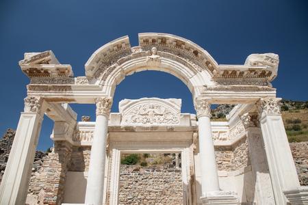 templo romano: Templo de Adriano en Éfeso Ciudad Antigua en Izmir, Turquía