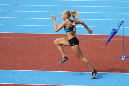 salto de longitud: ESTAMBUL, Turquía - 19 de septiembre, 2015: Atleta Laura Tollose salto de longitud durante el Campeón de Europa de Atletismo Copa Juniors Grupo A