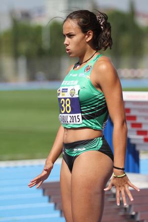 salto de longitud: ESTAMBUL, Turquía - 19 de septiembre, 2015: Atleta Carmen Ramos salto de longitud durante la Copa de Europa de Clubes de Atletismo Juniors Grupo A Editorial