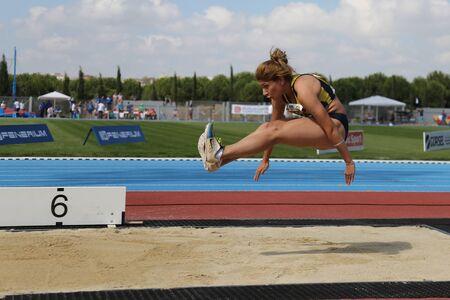 salto largo: ESTAMBUL, Turqu�a - 19 de septiembre, 2015: Atleta Ecem Calagan salto de longitud durante el Campe�n de Europa de Atletismo Copa Juniors Grupo A