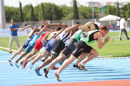 ESTAMBUL, Turquía - 19 de septiembre, 2015: Los atletas corriendo 100 metros durante europea Clubes Campeón Copa Atletismo Juniors Grupo A Foto de archivo - 50394105
