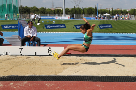 salto largo: ESTAMBUL, Turqu�a - 19 de septiembre, 2015: Atleta Carmen Ramos salto de longitud durante la Copa de Europa de Clubes de Atletismo Juniors Grupo A Editorial