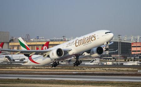 イスタンブール, トルコ - 2015 年 11 月 21 日: エミレーツ航空ボーイング 777-31 H/ER (CN 33501/516) はイスタンブールのアタテュルク国際空港から離陸します。245 艦隊サイズおよび 164 の送り先とエミレーツ航空