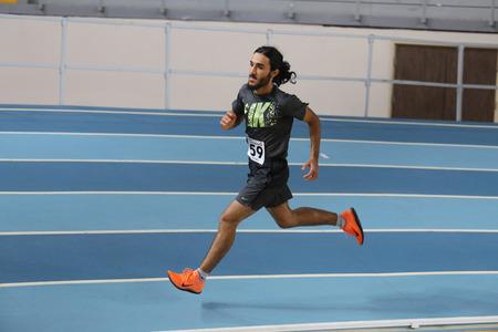hombre deportista: ESTAMBUL, Turquía - 12 diciembre 2015: Atleta Anil Akgul se ejecuta durante el Athletic de umbral Federación Olímpica competiciones de interior de Turquía Editorial
