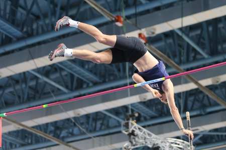 ISTANBUL, TURKEY - FEBRUARY 25, 2016: Athlete Etamar Bhastiker pole vaulting in Athletics Istanbul Indoor Championships 新聞圖片