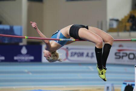 Estambul, Turquía - FEBRERO 27 de, 2016: Atleta Maayán Shahaf salto de altura en pista cubierta de atletismo en los Balcanes Foto de archivo - 53207414