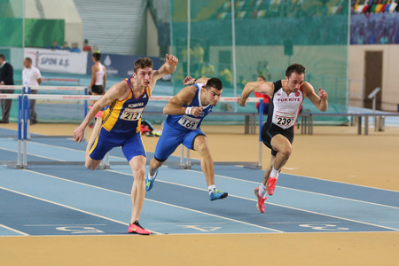 ISTANBUL, TURKIJE - FEBRUARI 27, 2016: Atleten die 60 meter hindernissen in Balkan Atletiek Binnenkampioenschappen lopen Redactioneel