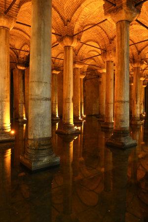 cisterna: ESTAMBUL, Turqu�a - 28 de julio, 2016: Columnas y el agua dentro de la Cisterna Bas�lica. La Cisterna Bas�lica se encuentra la m�s grande de las antiguas cisternas que se encuentran bajo la ciudad de Estambul. Editorial