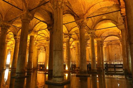 aljibe: ESTAMBUL, Turquía - 28 de julio, 2016: Columnas y el agua dentro de la Cisterna Basílica. La Cisterna Basílica se encuentra la más grande de las antiguas cisternas que se encuentran bajo la ciudad de Estambul. Editorial