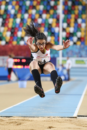 salto largo: ISTANBUL, TURKEY - FEBRUARY 12, 2017: Athlete Esra Yilmaz triple jumping during Balkan Junior Indoor Championships Editorial