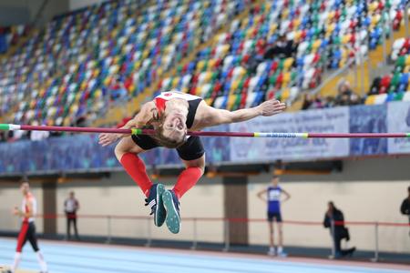 ISTANBUL, TURQUÍA - 12 DE FEBRERO DE 2017: Atleta Enescan Bayraktaroglu salto alto durante los Campeonatos de Baloncesto Junior de Balcanes Editorial