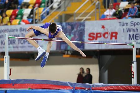 ESTAMBUL, TURQUÍA - 12 DE FEBRERO DE 2017: Un salto no identificado del atleta alto durante Balkan Junior Indoor Championships Editorial