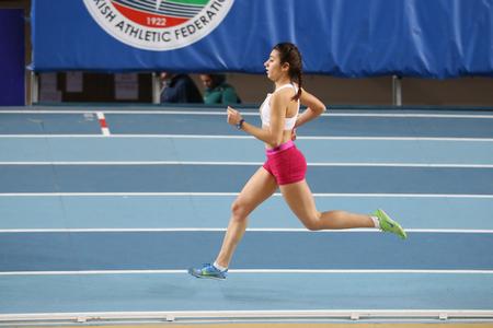 ESTAMBUL, TURQUÍA - 28 DE ENERO DE 2017: Atleta Irem Dinler que corre durante carreras atléticas de la tentativa del récord olímpico de la federación atlética turca Editorial