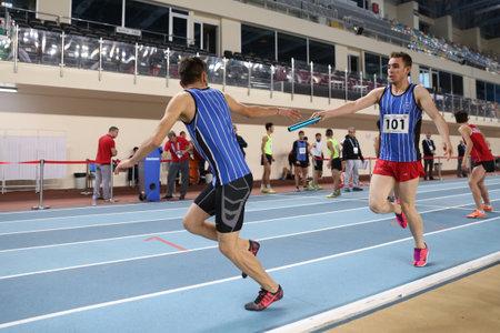 ISTANBUL, TURKIJE - FEBRUARI 05, 2017: Atleten die 4x400 meters tijdens Turkse de Jeugd Binnenkampioenschappen van Turkcell in werking stellen