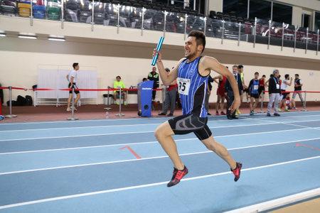ISTANBUL, TURKIJE - FEBRUARI 05, 2017: Atleet Atakan Altunsoy die 4x400 meters tijdens Turkse de Jeugd Binnenkampioenschappen van Turkcell in werking stelt