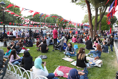 santa cena: ISTANBUL, TURKEY - MAY 27, 2017: People waiting for the evening meal during Ramadan in Sultanahmet square. Sultanahmet district is the most populer place for Ramadan activities in Istanbul.