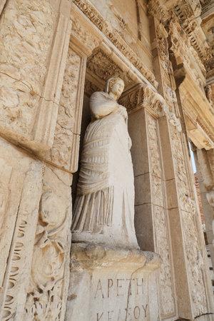 Personificación de la virtud, estatua de Arete en la ciudad antigua de Éfeso, Izmir, Turquía Foto de archivo - 84764934