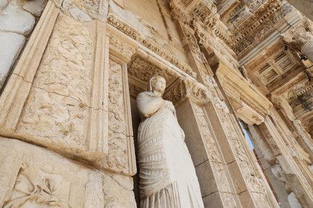 Personificación de la virtud, estatua de Arete en la ciudad antigua de Éfeso, Izmir, Turquía Foto de archivo - 84842977