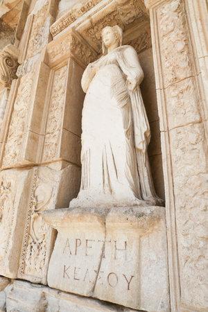 Personificación de la virtud, estatua de Arete en la ciudad antigua de Éfeso, Izmir, Turquía Foto de archivo - 84962712