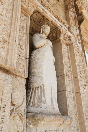 Personificación de la virtud, estatua de Arete en la ciudad antigua de Éfeso, Izmir, Turquía Foto de archivo - 84694263