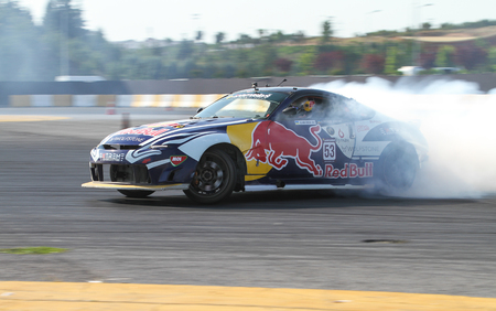 ISTANBUL, TURKEY - JULY 29, 2017: Aleksandr Grinchuk drives Nissan 350Z of Red Bull Team in Apex Masters Turkish Drift Series Istanbul Race. Imagens - 87035969