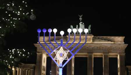 Menorah and Christmas Tree in front of Brandenburg Gate, Pariser Platz, Berlin, Germany 스톡 콘텐츠