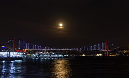 Super Blue Blood Moon over Bosphorus Strait, Istanbul City, Turkey Banque d'images
