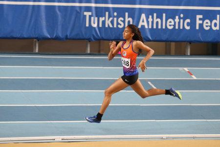 ESTAMBUL, Turquía - 06 de enero de 2018: Atleta indefinido durante las competiciones de interior de umbral de la Federación Atlética de Turquía Editorial