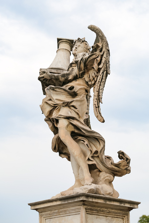 Angel with the Column Statue in Hadrian Bridge, Rome City, Italy Imagens - 114978065
