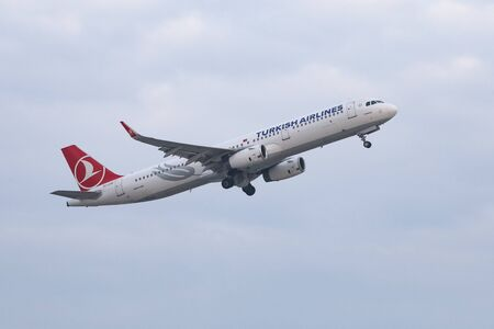 ISTANBUL, TURKEY - DECEMBER 23, 2018: Turkish Airlines Airbus A321-231 (CN 6822) landing to Istanbul Ataturk Airport. THY is the flag carrier of Turkey with 330 fleet size and 304 destinations Sajtókép