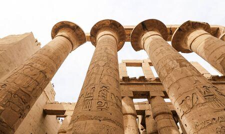 Colonnes dans la salle hypostyle du temple de Karnak, Louxor, Egypte Banque d'images