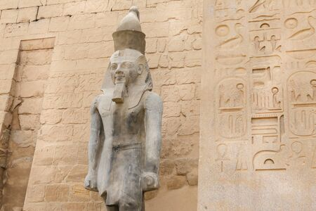 Sculpture dans le temple de Louxor dans la ville de Louxor, Egypte