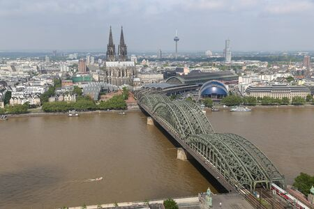 Hohenzollern Bridge and Cologne Cathedral in Cologne City, Germany 免版税图像