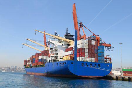 Buque portacontenedores está cargando en un puerto