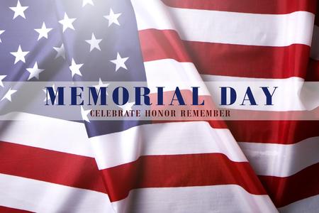 阵亡将士纪念日周末透亮文本写在荷叶边的美国旗子背景。美国星条旗爱国者老兵纪念象征。关闭,拷贝空间,顶视图。
