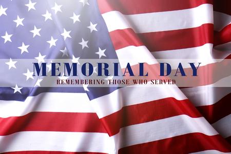 Memorial Day Wochenende durchscheinender Text auf zerzaustem Hintergrund der USA-Flagge geschrieben. Vereinigte Staaten von Amerika Stars & Stripes Patriot-Veteranen-Erinnerungssymbol. Nahaufnahme, Kopienraum, Ansicht von oben. Standard-Bild