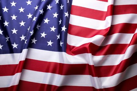 Gros plan du drapeau américain ébouriffé. Journée des patriotes, week-end commémoratif, journée des anciens combattants, journée des présidents, arrière-plan de la fête de l'indépendance. Symbole national des étoiles et des rayures des États-Unis d'Amérique. Espace de copie. Banque d'images