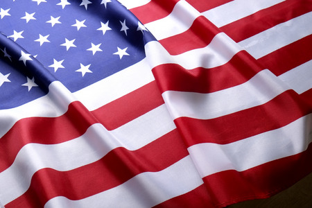 Primo piano della bandiera americana arruffata. Giorno dei patrioti, weekend commemorativo, giorno dei veterani, giorno dei presidenti, sfondo del giorno dell'indipendenza. Simbolo nazionale a stelle e strisce degli Stati Uniti d'America. Copia spazio.