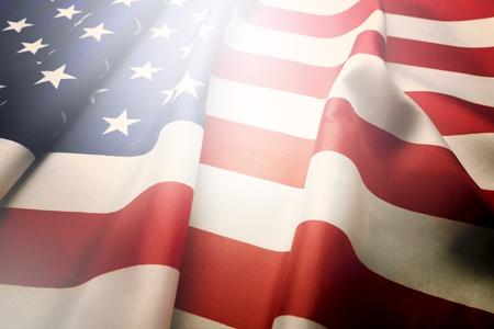 折边的美国国旗。爱国者日、阵亡将士纪念日、退伍军人、总统、独立日背景。美国国家星条旗的象征。复制空间,近距离,老式滤镜