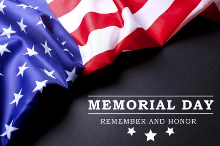 阵亡将士纪念日周末文本写的与美国旗子的黑黑板背景。美国星条旗爱国者老兵纪念象征。关闭,拷贝空间,顶视图。