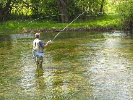 hombre pescando: La pesca con mosca en R�o Ribnik  Foto de archivo