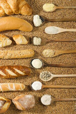 abastecimiento: Varios tipos de panader�a con cuchara de madera sobre el trigo de fondo