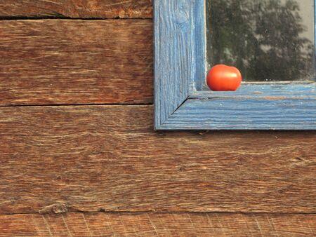 veiny: Vieja madera detalle primer plano, tomate en el alf�izar de la ventana