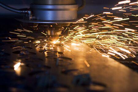 corte laser: De corte por l�ser de chapa en la f�brica, con chispas en torno a Foto de archivo