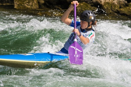 republika: BANJA LUKA, BOSNIA AND HERZEGOVINA - JULY 16: An unidentified athlete from Italy competes at European Junior and U23 Canoe Slalom Championships on July 16, 2011 in Banja Luka, Bosnia and Herzegovina. The event is from July 14-17, 2011.