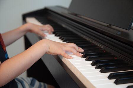 ein Kind lernt ein gutes Klavier zu spielen Standard-Bild